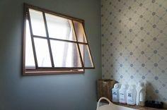 【DIY】パタパタ窓の簡単な開閉方法*サニタリースペースが窓だけでグレードアップ!|LIMIA (リミア)