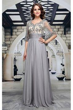 Společenské šaty Decima Luxusní šaty vhodné na plesy, večírky a jiné společenské události, které zajistí, že budete nepřehlédnutelná. Dlouhé plesové šaty v nádherné šedé barvě, živůtek vyztužený a podšitý v barvě champagne, pošitý kamínky a zdobený výšivkou, stejně jako motýlí rukávy. Dvě vrstvy - spodní saténová a vrchní lehoučká, krásný výstřih v přední i v zadní části, zapínání na zip vzadu.