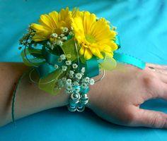 yellow_daisy_teal_prom_wrist_corsage_3.JPG (1600×1360)