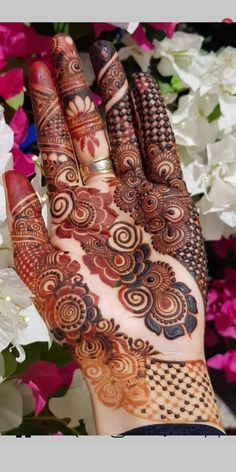 Cutest designs of bridal or wedding mehndi arts and designs for every girl to wear nowadays. See here many awesome henna arts to convert your hands' look into modern beauty. Floral Henna Designs, Indian Henna Designs, Henna Art Designs, Mehndi Designs For Beginners, Mehndi Designs 2018, Modern Mehndi Designs, Dulhan Mehndi Designs, Mehndi Designs For Fingers, Wedding Mehndi Designs