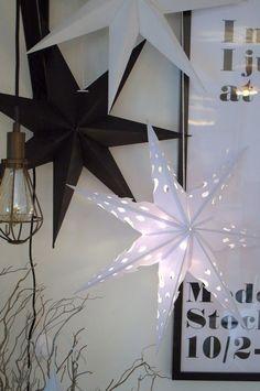 Papier Sterne in schwarz und weiß als Weihnachtsdeko im Wohnzimmer