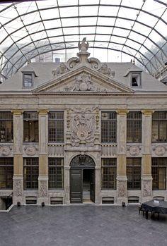 La Bellone - Maison du spectacle cour couverte par un véritable voile en verre et en matériau inoxydable - binnenkoer overdekt met glazen en roestvrije overkapping  (photo/fotoA. de Ville de Goyet  2012© MRBC-MBHG)