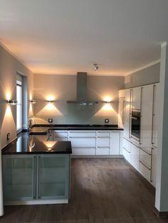 Küche U-Form, Front Hochglanz, Arbeitsplatte Granit Assoluto Black, Rückwand ESG-Glas grau