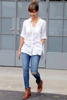 Jessica Alba style. Jeans, white maxi blouse, brown ankle boots