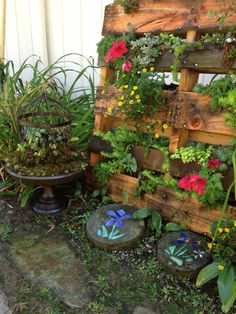 I love this idea! Found a cool DIY to build a pallet planter like the one shown :)