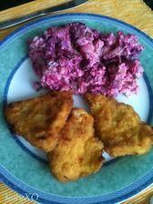 Kuřecí řízek v kukuřičné strouhance a bramborový salát s červenou řepou (Šárce se, asi barevně, nelíbil, tak jedla jen brambory a červenou řepu)