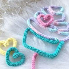 Nome em tricô com cupcake Spool Knitting, Loom Knitting Patterns, Crochet Decoration, Crochet Home Decor, Rope Crafts, Yarn Crafts, Yarn Projects, Crochet Projects, Crochet Baby Mobiles