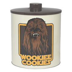 Officially licensed Star Wars biscuit barrel featuring everyone's favourite Wookiee Chewbacca.Off white and brown biscuit barrel  -Made from metal  -Wookiee Cookies print on front -Star Wars logo on back