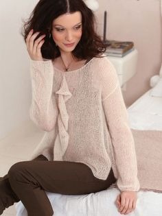 Knitting Patterns Coat Lightweight knit sweater with delicate flounce – Knitting instructions via Makerist. Knitted Coat, Mohair Sweater, Knit Fashion, Fashion Outfits, Cosy Outfit, Kurta Designs Women, Knitting Magazine, Coat Patterns, Knitting Patterns