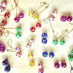 目次1 夏祭りでお馴染みの…♡2 レジンとアクリル絵の具で作る♪3 レジンとプラバンで作る♪4 ビーズで作る♪5 ガラスドームで作る♪6 樹脂粘土を使って作る♪ 夏祭りでお馴染みの…♡ ヨーヨー風船とは? 色とりどりの丸い球体に、独特のマー... Cute Jewelry, Beaded Jewelry, Handmade Accessories, Jewelry Accessories, Kawaii Gifts, Schmuck Design, Diy Earrings, Resin Crafts, Handicraft