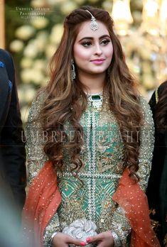 Engagement bride wedding engagement hairstyles 2019 - wedding and engagement 2019 Pakistani Wedding Hairstyles, Indian Wedding Hairstyles, Bridal Hairstyles, Indian Bridal Outfits, Pakistani Bridal Dresses, Flower Girl Hairstyles, Loose Hairstyles, Matha Patti Hairstyles, Nailart