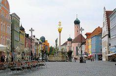 Theresienplatz mit Barockbrunnen und Dreifaltigkeitssäule