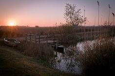 Ecotourisme en Catalogne - lever de soleil sur le jardin de la barraca traditionnelle du delta de l'ebre