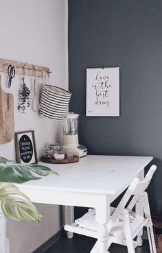 DIY Küche neu gestalten - Mit Tafelfarbe Küchenwände schnell und einfach umgestalten. Küche dekorieren und renovieren. Küche im skandinavischen Stil. Dunkelgraue Wand.