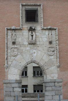 Portada del Hospital de la Latina, demolido en 1904, en la actualidad ubicada en la Escuela Superior de Arquitectura de la Universidad Politécnica de Madrid #historia #turismo http://www.rutasconhistoria.es/loc/puerta-del-hospital-de-la-latina