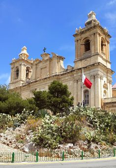 San Lawrenz church Birgu, Malta Freedom monument at the front. Travel Around The World, Around The Worlds, Malta History, Malta Gozo, Malta Island, Cathedral Church, Countries Of The World, Beautiful Islands, Barcelona Cathedral