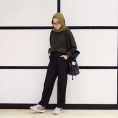 Sneakers Hijab Outfit via Sari Indah Pertiwi Hijab Casual, Hijab Chic, Ootd Hijab, Hijab Fashion Casual, Street Hijab Fashion, Muslim Fashion, Modest Fashion, Fashion Outfits, Modest Outfits