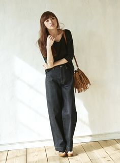 シンプルなブラックアイテムに、季節感をもたらすのはトレンドのフリンジバッグ。涼しげでいい女感が漂う、素敵な着こなしです。