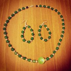 Parure con perline verdi e argentate