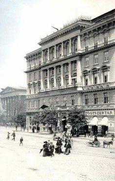 Múzeum körút az 1900 -as években. Old Pictures, Old Photos, Historical Architecture, Budapest Hungary, Historical Photos, Time Travel, The Past, Louvre, Street View