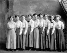 New York City High School girls fashion photo 1905 1910 Vintage Gilded Age Edwardian Era, Edwardian Fashion, Vintage Fashion, Belle Epoque, Historical Clothing, Historical Photos, Vintage Photographs, Vintage Photos, Fashion Photo