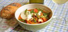Intialainen ruoka edustaa kasvisruokien parhaimmistoa. Tämä ruokaisa kesäkeitto maustetaan terävästi ja pyöristetään kookoskermalla sekä jogurtilla.