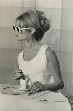 L'heure du lunch! https://vieuxneufrecycle.wordpress.com/2016/02/27/icones-de-mode-brigitte-bardot/