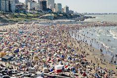 En esta foto se muestra una foto de Mar del Plata, que es uno de los atractivos turísticos ubicados en Argentina. Un hecho interesante acerca de este lugar es que es uno de los puertos pesqueros principales y las playas de mar más grandes.