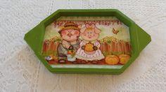 Bandeja verde com detalhe de casal de porcos. www.elo7.com.br/esterartes