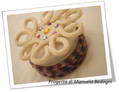 Tappo con cordoncini in tricotin. Progetto di Manuela Bedogni