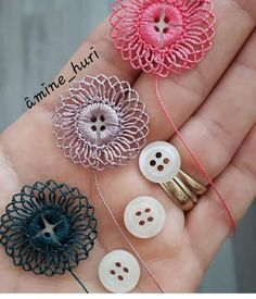Crochet Button Flowers Video Free Pattern Lots Of Ideas Crochet Buttons, Crochet Motifs, Crochet Flower Patterns, Thread Crochet, Crochet Crafts, Yarn Crafts, Crochet Flowers, Crochet Stitches, Crochet Projects