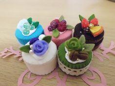 フェルトスイーツマグネット♪ Felt Crafts Diy, Felted Wool Crafts, Food Crafts, Felt Diy, Diy Food, Felt Cake, Felt Cupcakes, Biscuit Cupcakes, Water Bottle Crafts