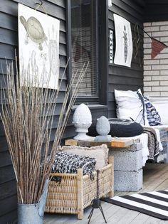 SKIKKELIG KOS: For � sikre godf�lelsen p� denne uteplassen har eieren p�st p� med puter laget av gulv-tepper og tekstiler fra Ikea og Stoff og Stil. Taket gj�r det mulig � henge opp plakater ute.