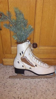 The Primitive ice Skate snowman Cute Snowman, Snowman Crafts, Diy Christmas Gifts, Christmas Projects, Holiday Crafts, Painted Ice Skates, Painted Hats, Painted Snowman, Hand Painted