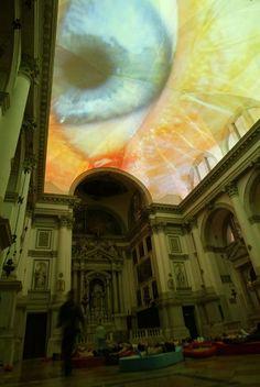 Homo sapiens sapiens, 2005  Audio-video installation  Installation view, San Stae Church, Venice    Photo: Heiner H. Schmitt Jr.\  In deze video installatie vind ik het interessant hoe ik relatief klein object zoals een oog een heel andere uitstraling krijgt als deze groot word geprojecteerd.