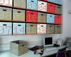 Escritório com caixas organizadoras numeradas