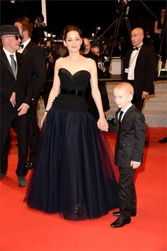 Marion Cotillard in Dior...I love the contrast between black and blue. Chic!