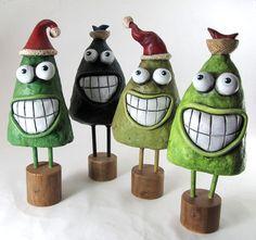 Papier mâché Sculpture Art pin avec chapeau de Noël par Fishstikks