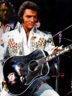 Elvis Presley performing at the Aloha from Hawaii concert with the Gibson Ebony Dove guitar his father bought for him. Lisa Marie Presley, Priscilla Presley, King Elvis Presley, Elvis And Priscilla, Tennessee, Rock And Roll, Elvis Aloha From Hawaii, Elvis Presley Pictures, Elvis In Concert
