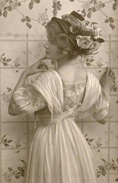 Detalhe para as costas de um vestido do início do século XX