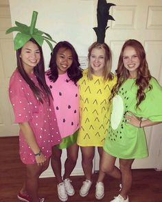 Try these DIY Group Halloween Costumes for your Halloween party. These DIY Halloween Costumes are easy to make and perfect for your gang in college or work Halloween T-shirts, Halloween Costumes You Can Make, Halloween Mignon, Halloween Karneval, Halloween Costumes For Girls, Halloween Couples, Homemade Halloween, Family Halloween, Fruit Costumes