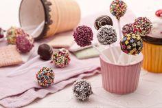 I cake pops sono delle deliziose palline di torta ricoperte con cioccolato e decorate con zuccherini colorati, che ricordano dei golosi leccalecca!