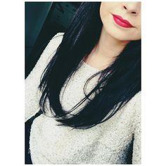 Non mais hé les filles, on est d'accord que l'exercice du selfie c'est genre, beaucoup trop dur ?  je sais pas faire apprenez moiiiii  bref je voulais vous montrer damn glamorous de Mac, un superbe rouge légèrement framboisé que je situerai entre ruby woo et relentlessly, je l'aime beaaaaucoup (bien plus que la vie en rouge d'ailleurs) il donne une super mine ! . #damnglamorous #maccosmetics #macaddict #lipstick #lipsticklover