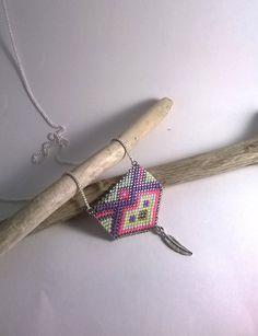 Sautoir, collier long, Pendentif tissé, Perles Miyuki argentées, roses, violettes, vertes, jaunes, plume en métal