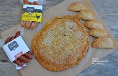 Μια αλμυρή λιχουδιά! Όλοι αγαπάμε τις πίτες. Με όποια γέμιση! Σ' αυτήν εδώ τη συνταγή, τυριά και ντόπια εκλεκτά λουκάνικα δίνουν ένα αποτέλεσμα που μπορεί να αποτελέσει χορταστικό δείπνο μαζί με μια σαλάτα ωμή ή βραστή, αλλά και ένα λαχταριστό συμπλήρωμα ενός αλμυρού πρωινού. Με εύκολο φύλλο ελαιολάδου, τραγανό και …