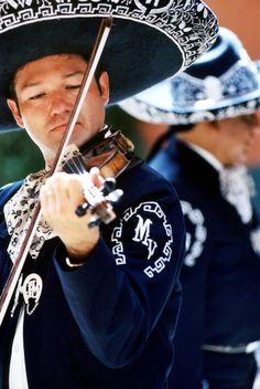 Mariachi - tradición Mexicana conocida en todo el mundo de un conjunto muscial típico originario del estado de Jalisco...conoce #mexico #viajadiferente #eldiaqueviaje @todotrips.com