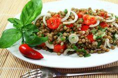 L'insalata di lenticchie con pomodori e cipollotti è una fresca pietanza che può essere servita come contorno o addirittura come piatto unico se accompagnata, per esempio,  da formaggi stagionati.