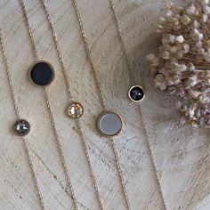 Wil je je outfit helemaal af maken? Dan zijn deze mooi fijne en minimalistisch armbanden met Swarovski steentjes perfect voor jou. Erg chique als je het combineert met bijvoorbeeld de bijpassende oorbellen, een mooi horloge, of super gaaf als afwisseling in je armparty tussen bijvoorbeeld facet armbandjes. Verkrijgbaar in zilver en rose goud.