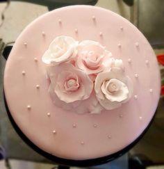 Pastel de almendra y rosas en fondant