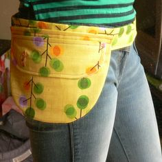 Another great DIY fanny pack money holder. Show aprons are generally much better than cash boxes at your next garage sale. Sewing Hacks, Sewing Tutorials, Sewing Patterns, Bag Tutorials, Fabric Crafts, Sewing Crafts, Sewing Projects, Fanny Pack Pattern, Diy Couture